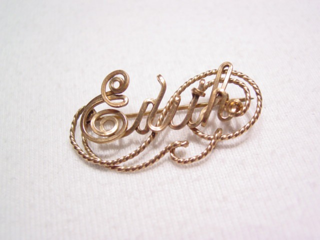 """Gold Wire """"Edith"""" Pin"""