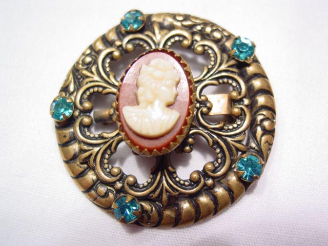 Filigree Round Cameo Pin