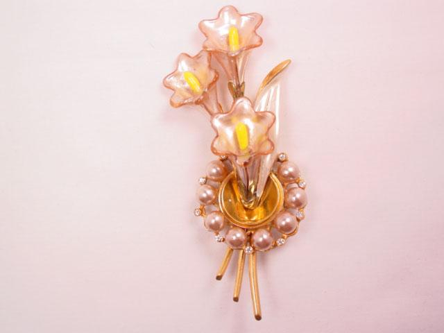 Glass Calla Lilies in Bloom Pin