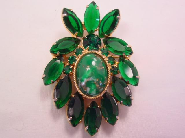 D&E? Forest Green Rhinestone Wreath Pin
