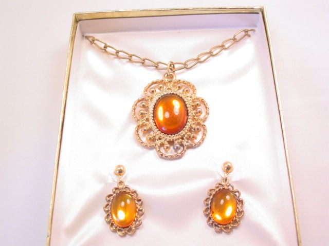 Topaz-Colored Cabochon Necklace and Earrings Set
